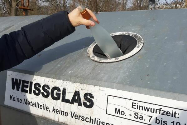 Glas- und Metallcontainer